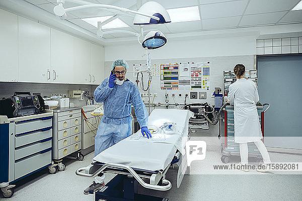 Arzt am Telefon in der Notaufnahme eines Krankenhauses