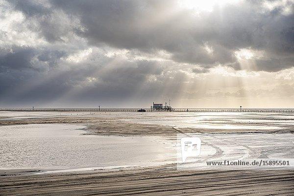 Strand mit Stelzenhäusern im Hintergrund  Sankt Peter-Ording  Nordsee  Schleswig-Holstein  Deutschland  Europa.