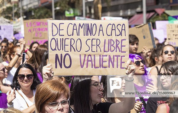 Las Palmas  Gran Canaria  Canary Islands  Spain. 8th March 2020. A placard reads ' on my way home i want to be free not brave' as thousands turn out for International Women's day march in Las Palmas  the capital of Gran Canaria. Credit: Alan Dawson/Alamy Live News.