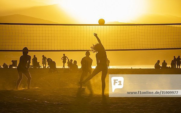 Las Palmas  Gran Canaria  Canary Islands  Spain. 4th January 2020. Beach volleyball at sunset on the city beach in Las Palmas  the capital of Gran Canaria. Credit: Alan Dawson/Alamy Live New.