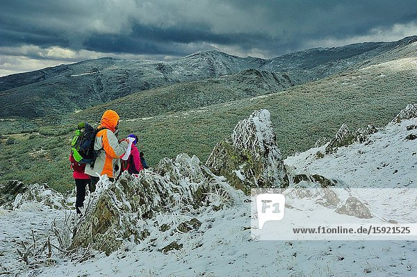 Hikers in the Valley of River Riaza in the Sierra de Ayllón. This is a range mountain in the Central System. Segovia province  Spain