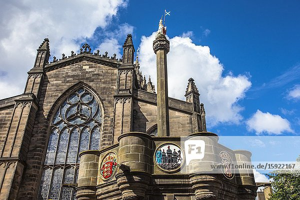 Mercat Cross  St Giles Cathedral  Parliament Square  Royal Mile  Old Town  Edinburgh  Scotland  United Kingdom  Europe.
