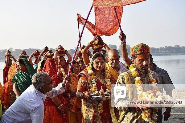 India  Madhya Pradesh  Maheshwar  Wedding procession on the banks of Narmada river.
