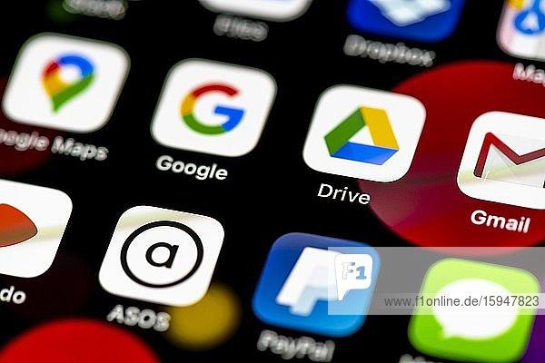 Apps von Google  Google Maps  Drive  App Icons auf einem Handy Display  iPhone  Smartphone  Nahaufnahme