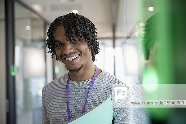 Porträt eines selbstbewussten glücklichen Geschäftsmannes im Amt