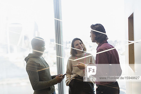 Geschäftsleute sprechen am Fenster im Büro