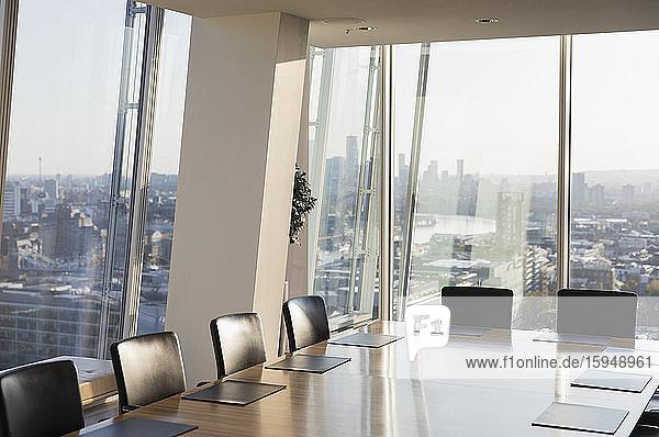 Moderner Konferenzraum mit Blick auf die sonnige Stadt