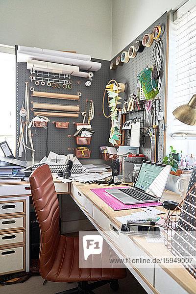Kreatives Heimbüro mit Handwerksbedarf