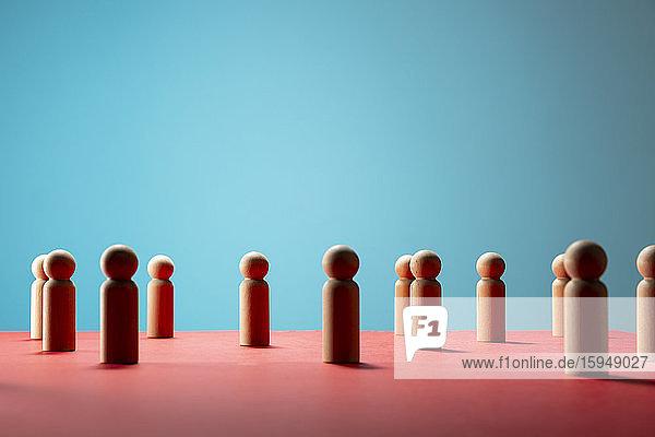 Hölzerne Bauern-Schachfiguren auf roter Fläche