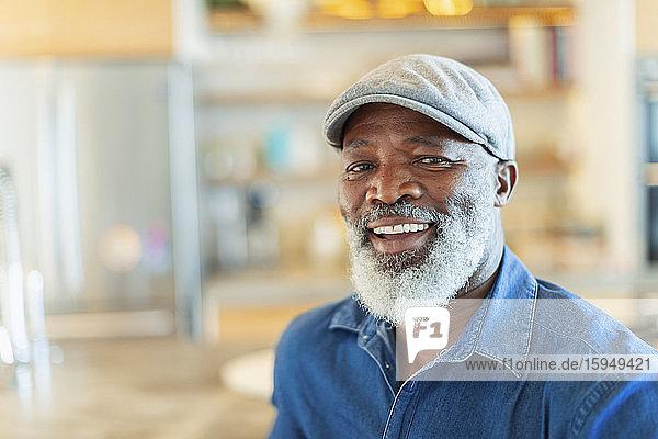 Porträt eines glücklichen  lächelnden Mannes mit weißem Bart