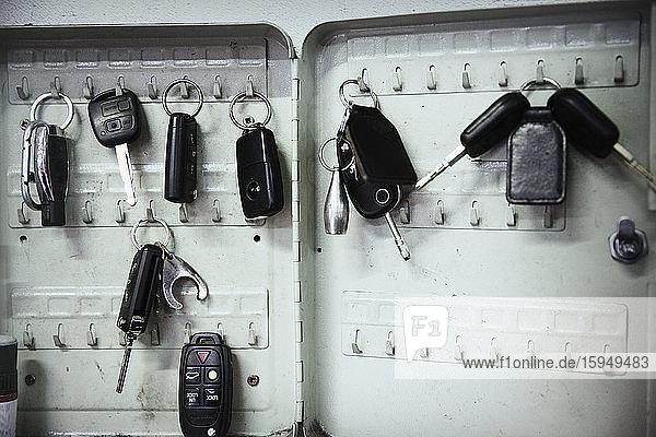 Schlüssel an Haken in der Autowerkstatt