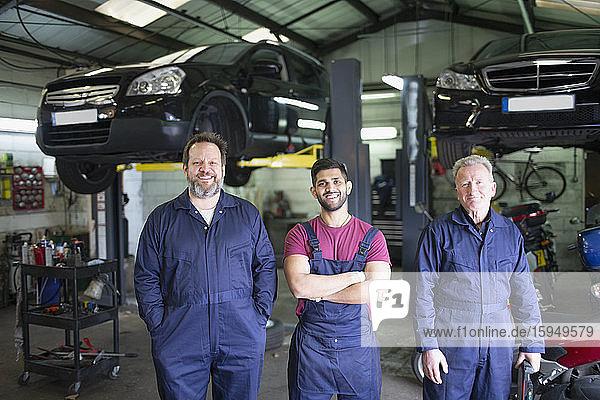 Porträt selbstbewusster männlicher Mechaniker in einer Autowerkstatt