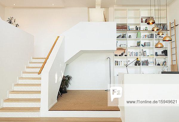 Modernes Home-Vitrinenbüro mit eingebauten Bücherregalen