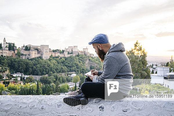Mann am Beobachtungspunkt beim Zeichnen einer Skizze der Alhambra  Granada  Spanien