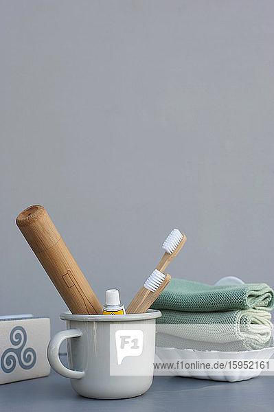Deutschland  Waschlappen  Seifenstück und Becher mit Holzzahnbürsten und Bambusverpackung Deutschland, Waschlappen, Seifenstück und Becher mit Holzzahnbürsten und Bambusverpackung