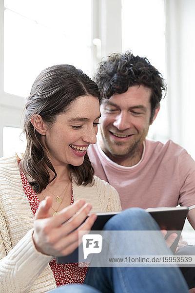 Glückliches Paar mit Tablette