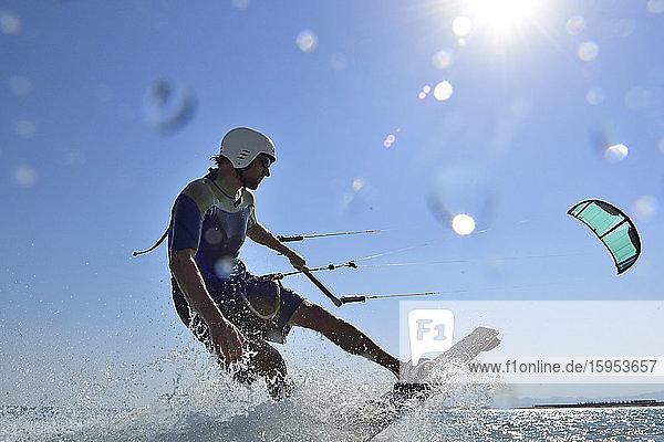 Kitesurfer gegen die Sonne  Rotes Meer  Ägypten Kitesurfer gegen die Sonne, Rotes Meer, Ägypten
