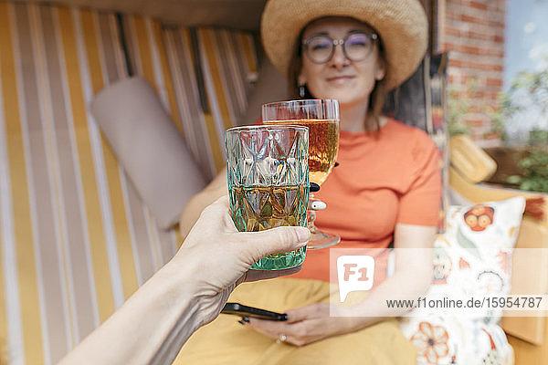 Trinkspruch mit Limonade  Nahaufnahme