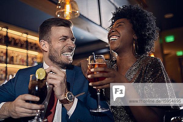 Glückliches Paar beim geselligen Beisammensein in einer Bar Glückliches Paar beim geselligen Beisammensein in einer Bar