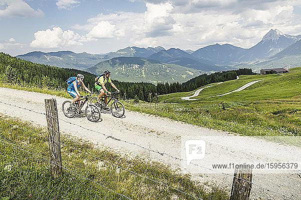 Mountainbike-Paar auf Schotterweg in den Bergen  Achenkirch  Österreich