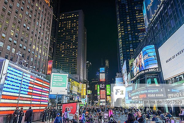 Times Square at night  left the U.S. Armed Forces Recruiting Station  Midtown Manhattan  New York City  New York  USA  North America