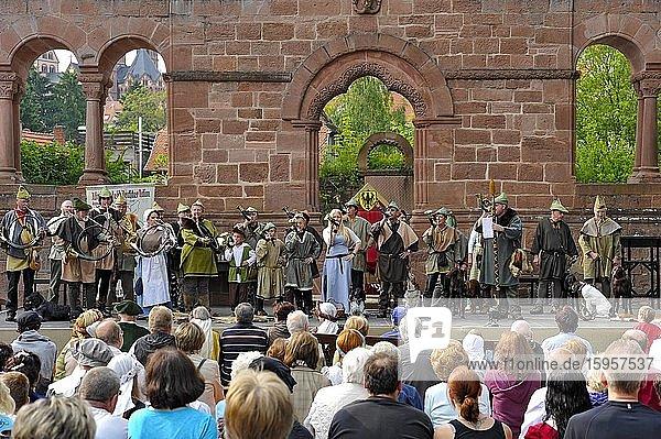 Jäger mit Jagdhörnern im Theaterstück Der Reichstag von 1180  historisches Stadtfest  Kaiserpfalz  Barbarossaburg  Gelnhausen  Hessen  Deutschland  Europa