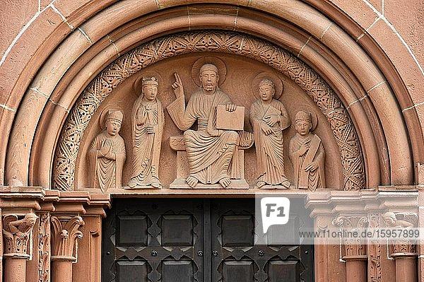 Reliefbild Weltenrichter im Tympanon über Portal  romanische Marienkirche  Gelnhausen  Main-Kinzig-Kreis  Hessen  Deutschland  Europa