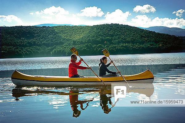 Kanufahren eines Paares auf dem Gusana-See  einem künstlichen See auf dem Gebiet von Gavoi  Sardinien  Italien.