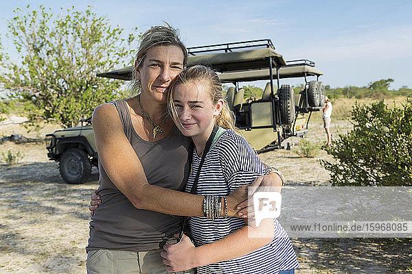 Eine Mutter und ihre Tochter umarmen sich
