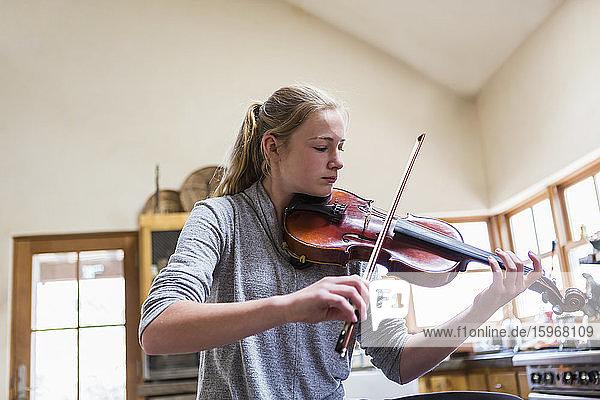 13-jähriges Mädchen spielt zu Hause Geige