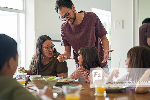 Familie beim Mittagessen am Esstisch