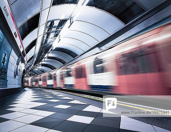Bank Station fängt Bewegung des fahrenden Zuges ein  London  England  Vereinigtes Königreich  Europa