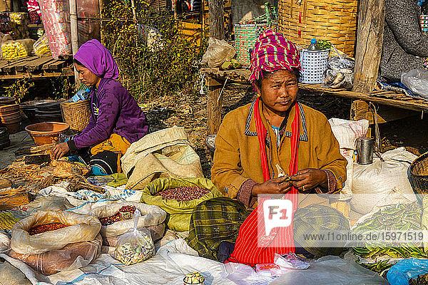 Stammesfrauen verkaufen Gemüse auf dem Markt von Inn Thein  Inle Lake  Shan-Staat  Myanmar (Burma)  Asien