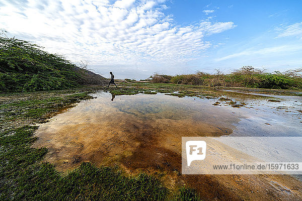 Afar-Mann  der in der Nähe eines Geysirs geht  Semera  Afar-Region  Äthiopien  Afrika