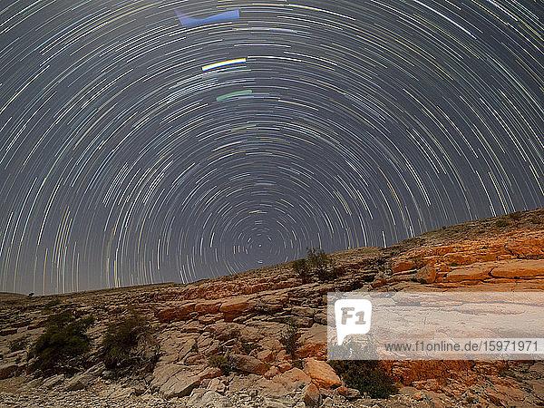 Sternenpfade bei Nacht im Wadi Bani Khalid  Sultanat Oman  Naher Osten