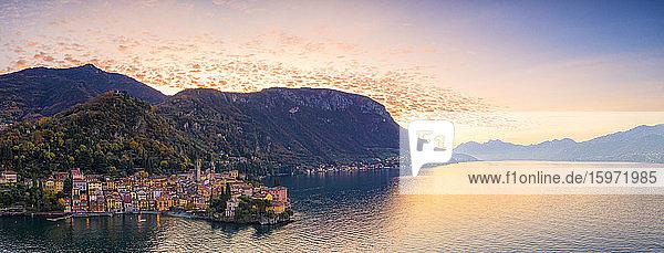 Panoramaluftaufnahme von Varenna und Comer See bei Sonnenaufgang  Provinz Lecco  Lombardei  Italienische Seen  Italien  Europa