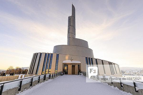 Nordlichtkathedrale  titanverkleidet  Tiefschnee im Winter  Sonnenuntergang  Alta  Troms og Finnmark  Polarkreis  Nordnorwegen  Skandinavien  Europa