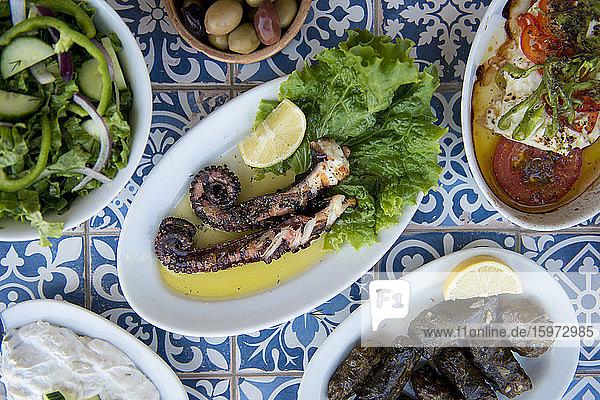 Oktopus und andere griechische Gerichte  Strand von Ialyssos  Rhodos  Dodekanes  Griechische Inseln  Griechenland  Europa