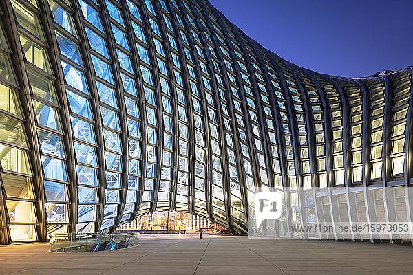 Phoenix Internationales Medienzentrum in der Abenddämmerung  Peking  China  Asien