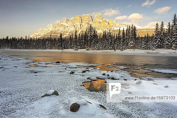 Castle Mountain im Winter  Banff National Park  UNESCO-Weltkulturerbe  Alberta  Kanada  Nordamerika