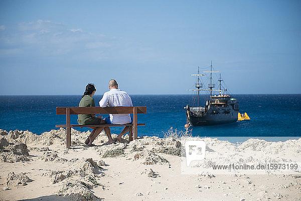 Ehepaar saß mit Blick auf ein Piraten-Themenschiff  Cape Greco  Protaras  Zypern  Mittelmeer  Europa