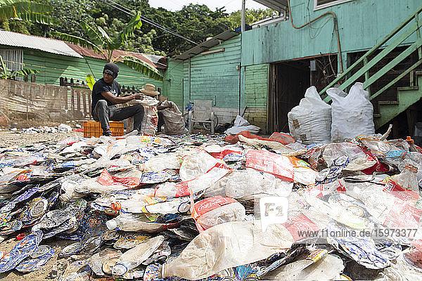 Mann sammelt und recycelt Plastikflaschen  Roatan  Bay Islands (Islas de la Bahia)  Honduras  Mittelamerika