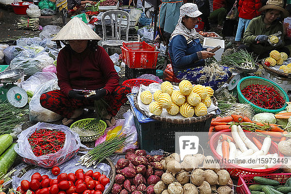 Frau verkauft frisches Gemüse auf dem Markt  Quy Nhon  Vietnam  Indochina  Südostasien  Asien