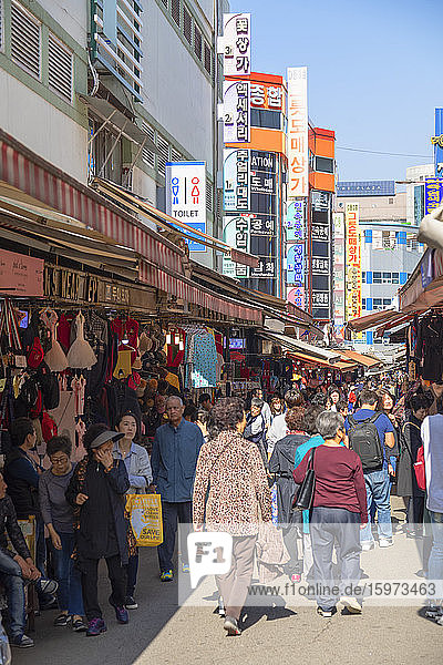 Menschen auf dem Namdaemun-Markt  Seoul  Südkorea  Asien