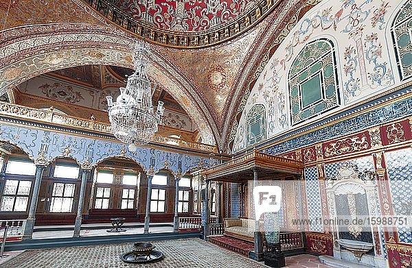 Halle des Herrschers mit goldenem Sofa  Hünkâr Sofasõ  Prunksaal im Topkapi Palast  Istanbul  Türkei  Asien