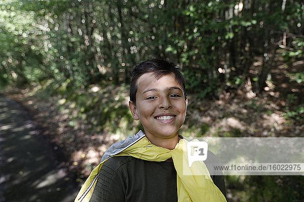 14-jähriger Junge zu Fuß in einem Wald in Eure  Frankreich