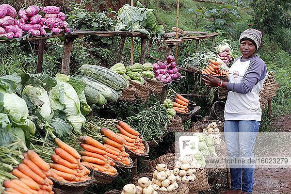 Frau verkauft frisches Gemüse auf dem Markt