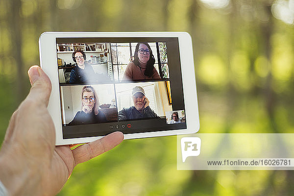 POV-Mann im Video-Chat mit Kollegen auf digitalem Tablet-Bildschirm