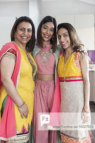 Porträt glückliche indische Schwestern in Saris