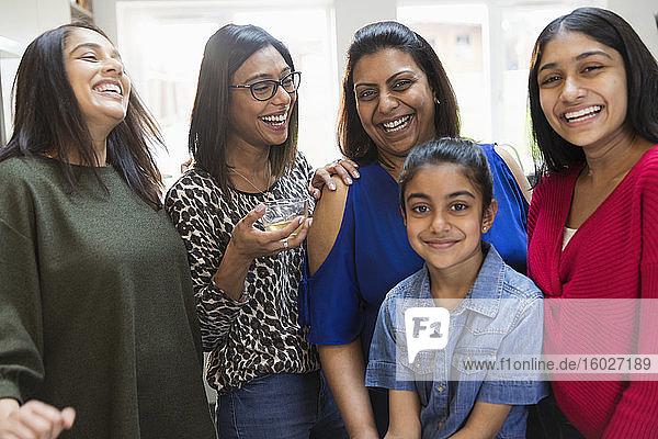 Glückliche indische Frauen und Töchter